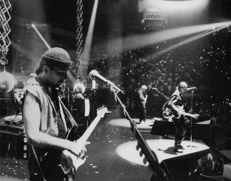 La banda actuando en el ZooTV Tour