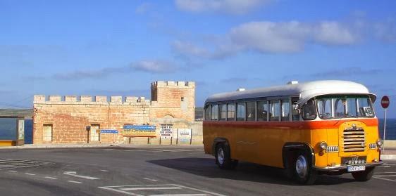 Linksverkehr: Alter Bus bei Cirkewwa, Malta