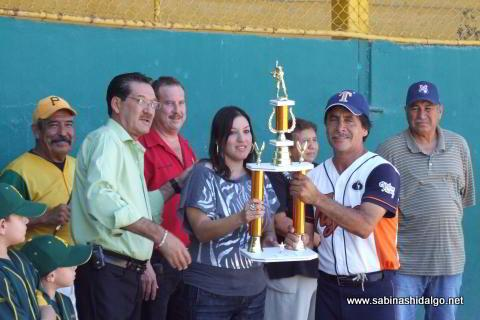 Entrega de trofeo al equipo subcampeón