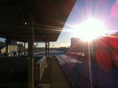 朝日が差す釧路駅のホーム