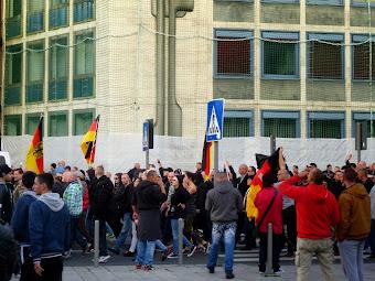 Nazihooligans missbrauchen die Republikfahne.