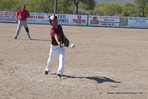 Jesús Martínez lanzando por Cerveceros en el softbol del Club Sertoma