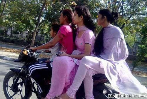 Hình ảnh các cô gái ngồi trên 1 chiếc xe máy
