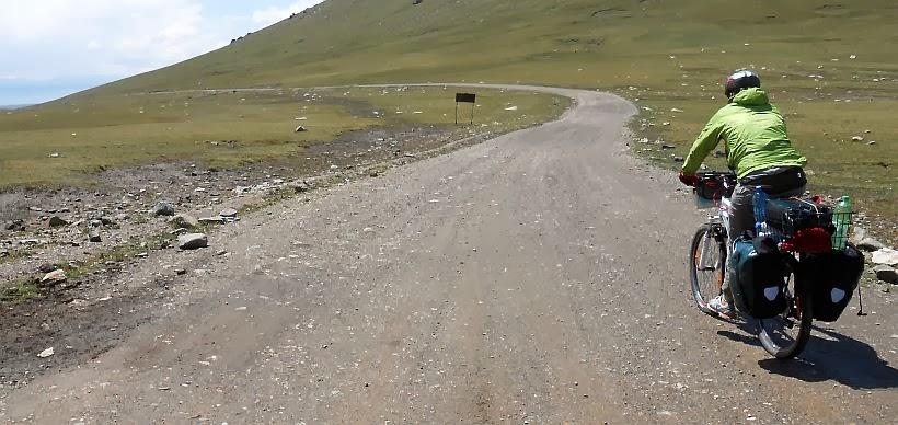 Miri on the Bike auf dem Kalmak-Ashu-Pass (3445 m)