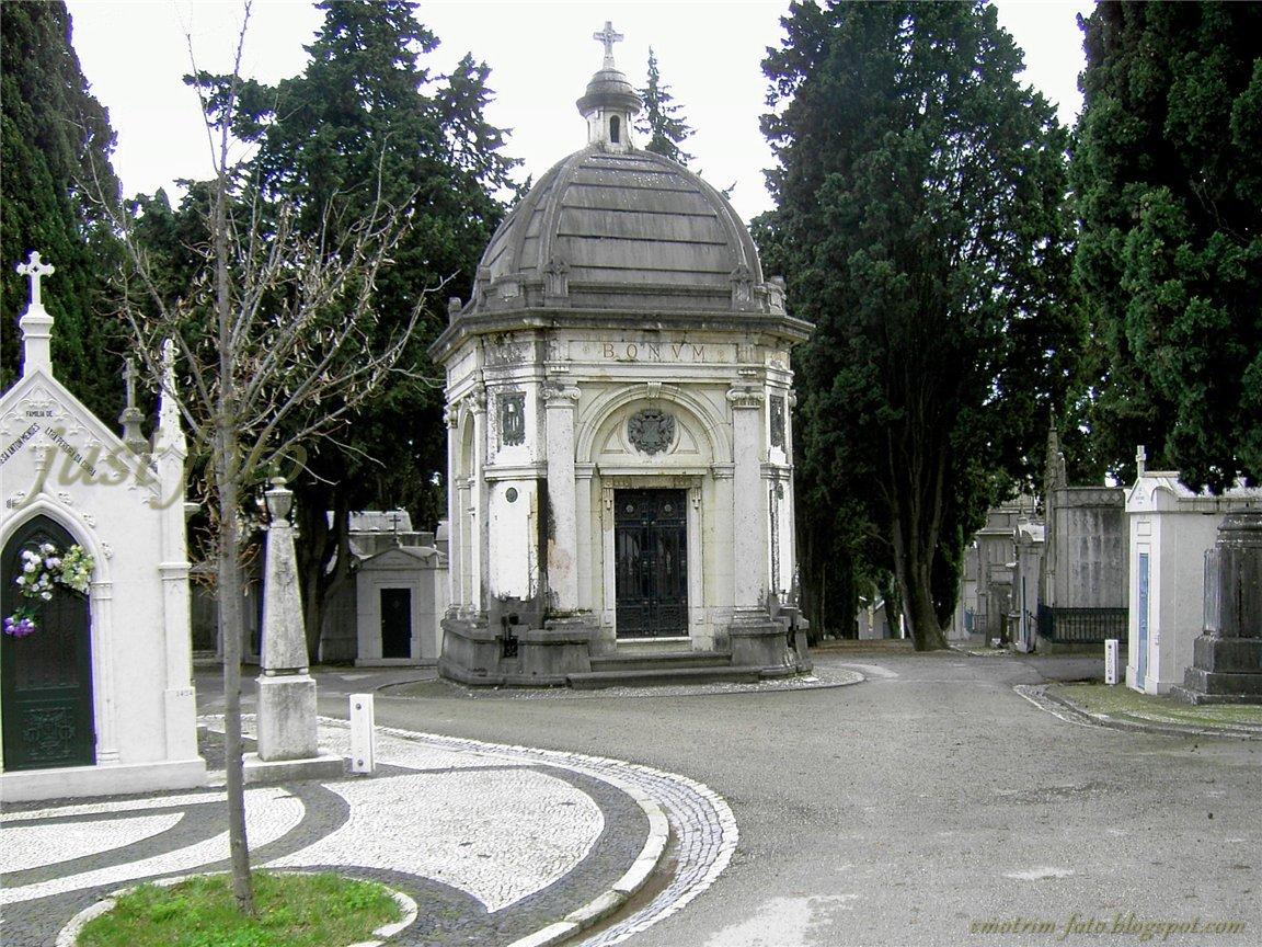 Улочки и перекрёстки на историческом кладбище Празереш фото