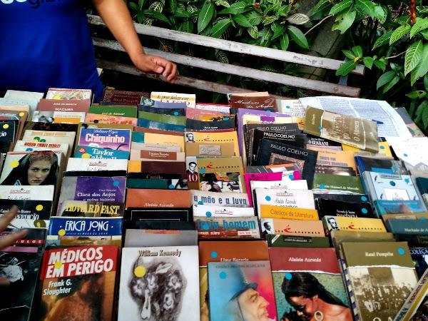 Mesa de livros da Feira de Troca de Livros