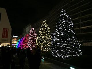 新宿のタイムズスクエアの木のイルミネーション