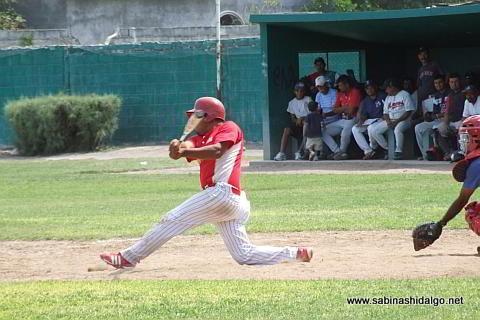 Bernabé Solís bateando por MIneros en el beisbol municipal