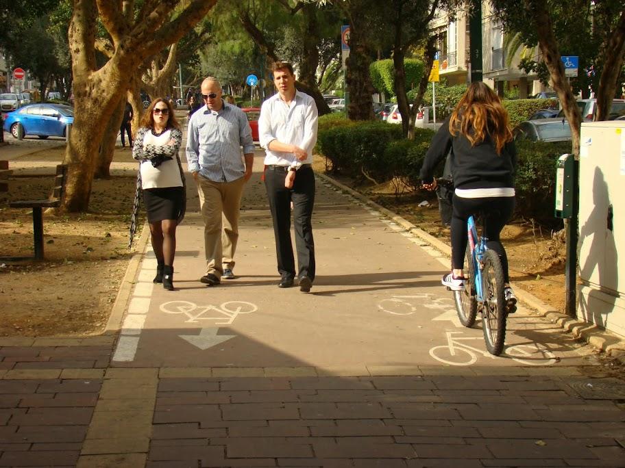 Bulevar Ben Gurion. El agradable espacio de paseo se ha convertido en espacio para la bici con sólo una señal en el suelo