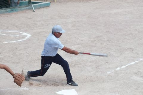 Noé Cavazos de Insulinos Sur en el softbol de segunda fuerza.