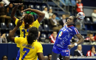 La sélection nationale de handball féminin de la RDC de moins de vingt ans face à la France au mondial de Handball à Belgrade (Novembre 2013) Ph. Droits tiers