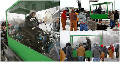 Americano é sepultado embalsamado a conduzir a sua Harley-Davidson dentro de caixão transparente