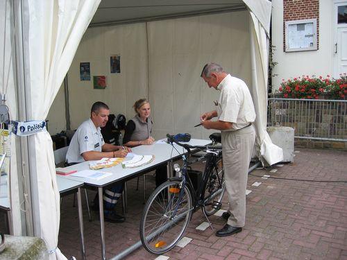 Onze voorzitter laat zijn fiets registreren bij de politie.