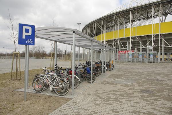 Przy stadionie żużlowym także pomyślano o rowerzystach, tworząc dla nich specjalny zadaszony parking