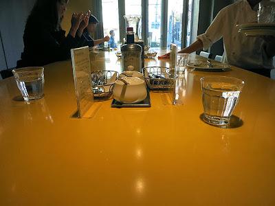 店内の大きなテーブル席