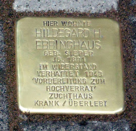 Stolperstein: »Hier wohnte Hildegard H. Ebbinghaus geborene Sieper, Jahrgang 1891. Im Widerstand verhaftet. 1943 ›Vorbereitung zum Hochverrat‹. Zuchthaus krank überlebt.«