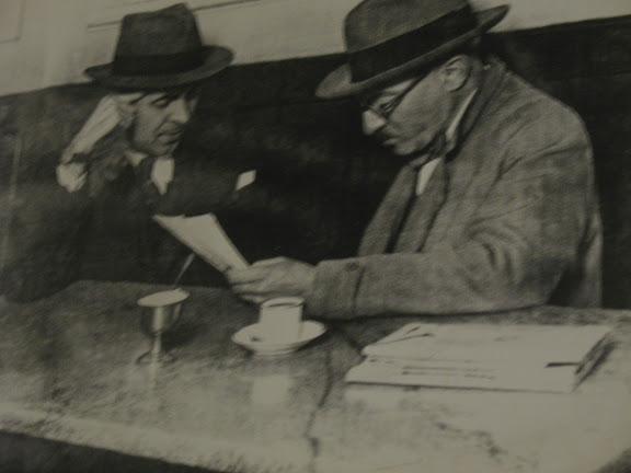 Fernando Pessoa leyendo en el Restaurante MArtinho da Arcada.-Lisboa
