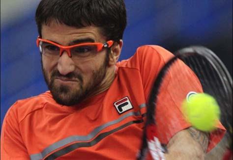 Janko Tipsarevic golpeando la pelota