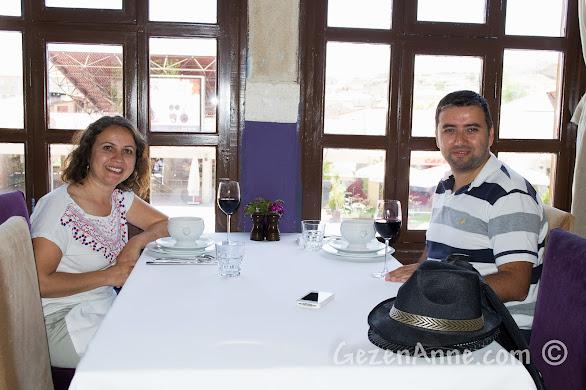 Kapadokya'da Ürgüp'teki Muti Restoran'da yemek yerken