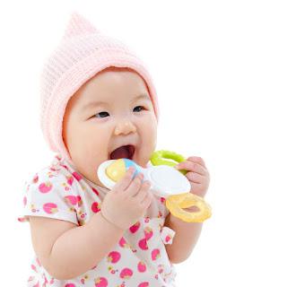 Lợi ích của đồ chơi lục lạc ngậm nướu dành cho trẻ
