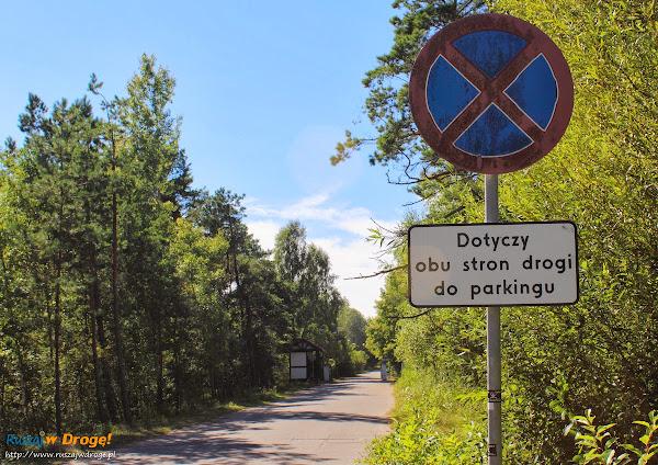 Absurdalny zakaz - dotyczy obu stron drogi do parkingu
