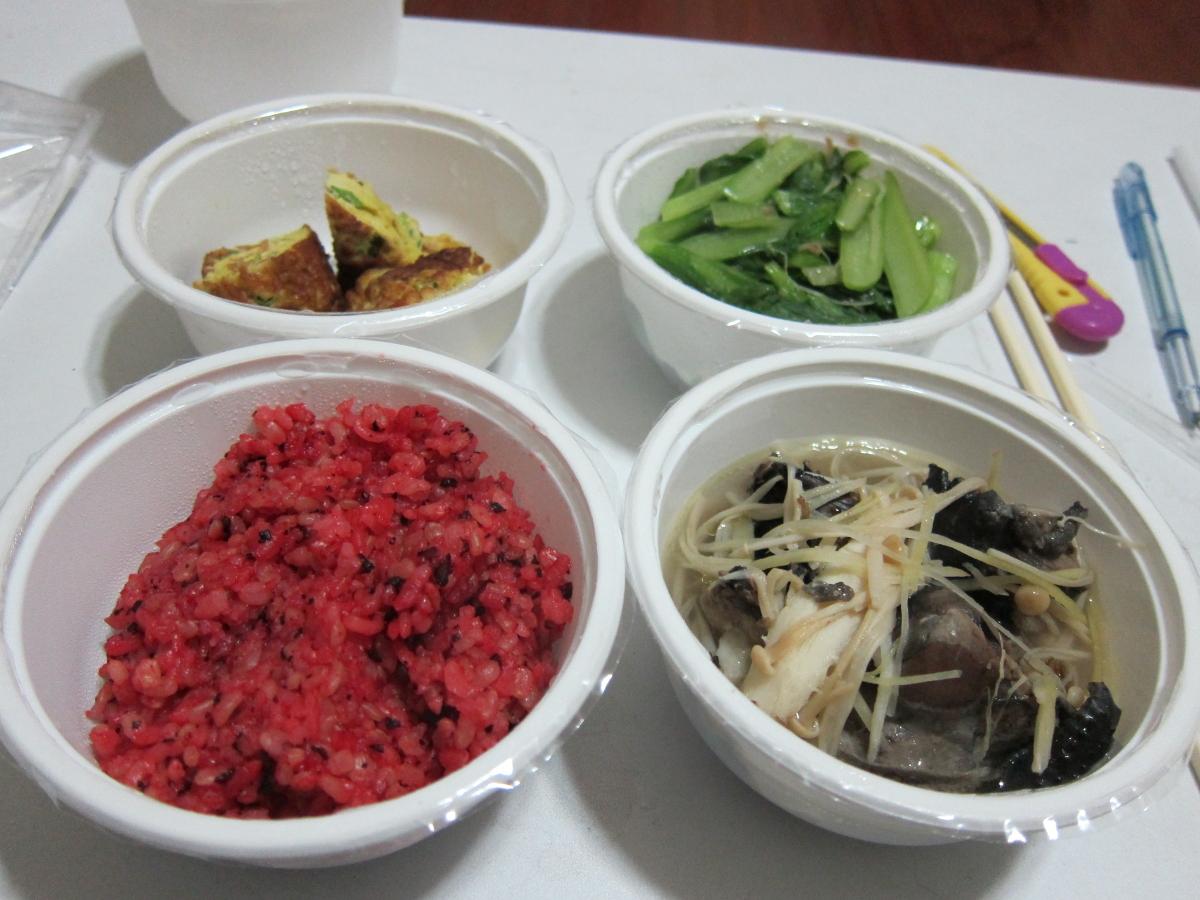 紅米飯、香蔥枸杞煎蛋、苦油薑絲燉雞塊、小菘菜