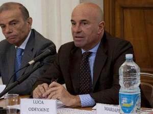 Luca Odevaine arrestato dai pm romani con l'accusa di corruzione aggravata, era nella commissione aggiudicatrice che scelse i vincitori delle gare del Centro Richiedenti Asilo di Mineo. Nel 2013 fu nominato consulente su indicazione del sottosegretario Castiglione