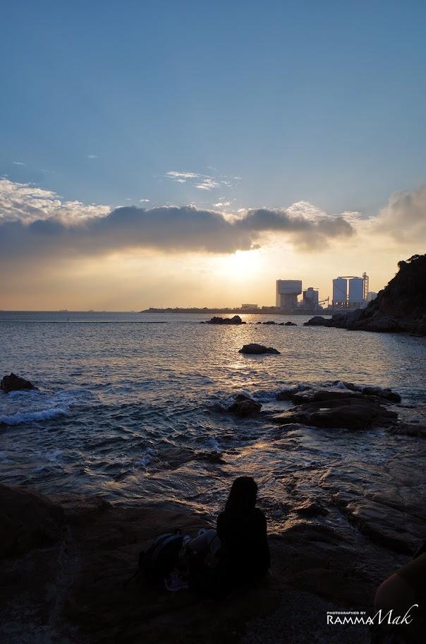 夕陽加上雲朵與海灘的黃昏