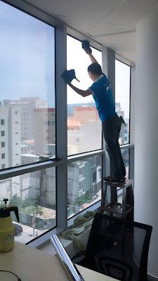 Dán phim cách nhiệt cửa kính chung cư giúp chống nắng cao và rẻ