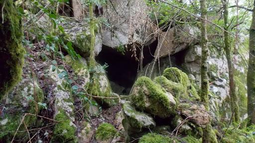 Abri sous roches dans la montée vers le ravin NW