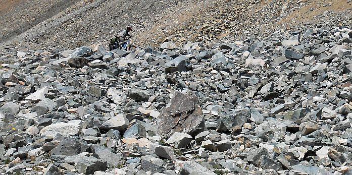 Felsbrocken auf den Serpentinen zum Kongurlen-Pass (3864 m), Kirgistan