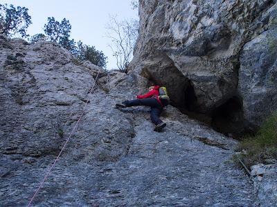 Superem un passatge vertical d'uns 10 metres amb l'ajuda d'una cadena i d'esglaons metàl·lics