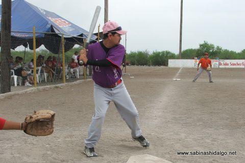 Azael Rodríguez de Japoneses en el softbol del Club Sertoma