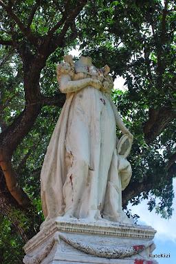Безголовая статуя Жозефины