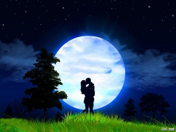 ảnh hôn nhau dưới trăng thật lãng mạn