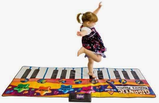 Regalar un teclado gigante a un niño en su onomástico