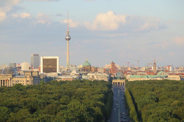 Links der Reichstag rechts das Brandenburger Tor