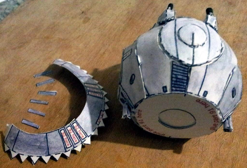 Ponemos la base esférica y pegamos los cañones frontales, primero las bases, luego, enrollamos e introducimos los cañones propiamente dichos. A su vez, preparamos la cara externa de la turbina trasera.