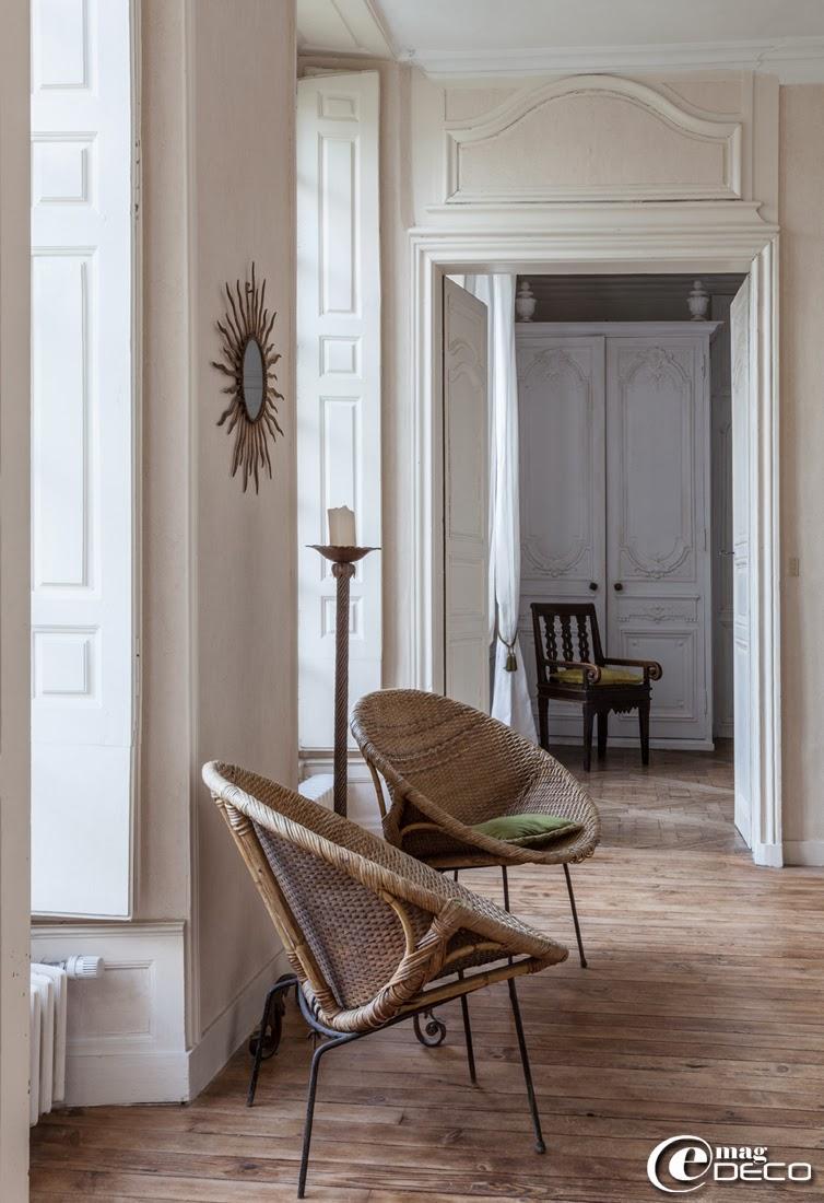 Fauteuils en rotin chinés à l'Hôtel des Tailles, maison d'hôtes à Mortagne-au-Perche