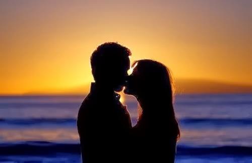 Nụ hôn trao nhau bên Biển