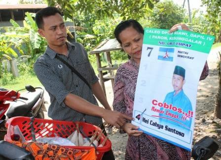 Mei Cahya Santoso penjual sate keliling sambil memperkenalkan diri sebagai caleg kepada warga