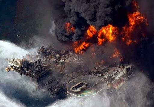 2. Deep Water Horizon Dàn khoan dầu của BP, Deepwater Horizon phát nổ vào tháng Tư năm 2010 ở vịnh Mexico đã giết chết 11 công nhân và khiến lượng dầu lớn tràn ra biển. Báo cáo điều tra cho thấy, hiểm họa của vụ việc đã được phát hiện từ nhiều tuần trước đó, song phía BP đã không có giải pháp thỏa đáng. Mọi thứ càng trở nên tồi tệ hơn khi các nỗ lực bịt lại các giếng dầu thất bại, dẫn đến hàng triệu gallon dầu thoát ra đại dương. Những tác động tiêu cực của thảm họa này với cuộc sống của sinh vật biển và ngư dân hay ngành du lịch là khó có thể đo đếm được.