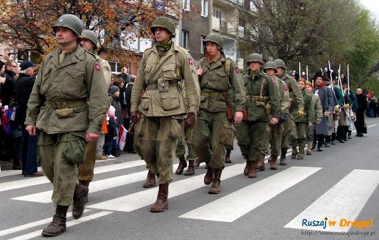 grupy rekonstrukcji historycznych na paradzie