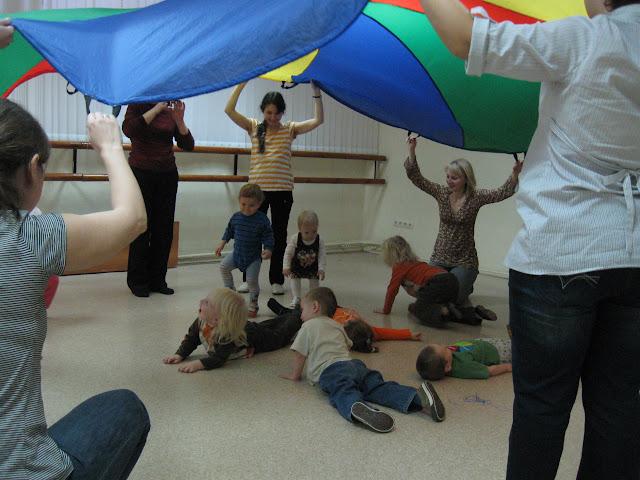дети спрятались под парашютом
