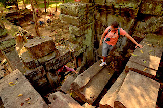 To najciekawsze chyba miejsce w okolicach Angkoru: jedyne, w którym nie stara się zrekonstruować budowli, przez co pozostaje trudno dostępnea dla turystów.