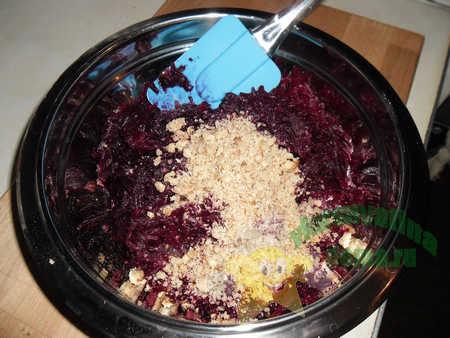 Приготовление салата из свеклы с грецкими орехами и чесноком