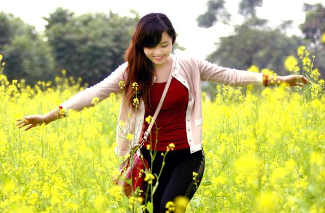 Thơ cô gái bên đồng hoa cải vàng.