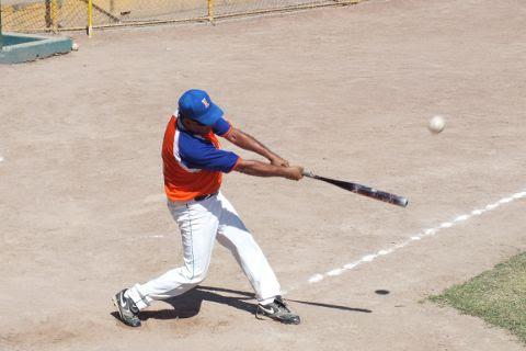Fernando González de Insulinos Norte en el softbol de segunda fuerza.