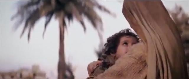 La Virgen arropa a su Hijo - Película La Pasión