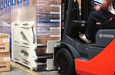 Xe nâng Toyota kẹp thùng carton